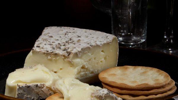 Queijo brie se destaca pela crosta branca característica e o sabor único