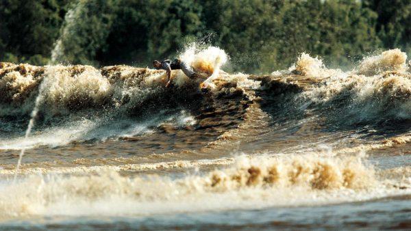 Pororoca é o encontro das águas dos rios com as águas dos mares