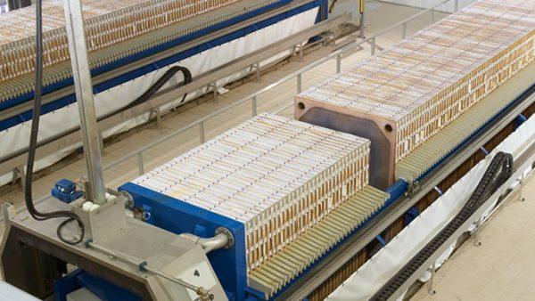 Prensa usa força para moldar e comprimir materiais diversos