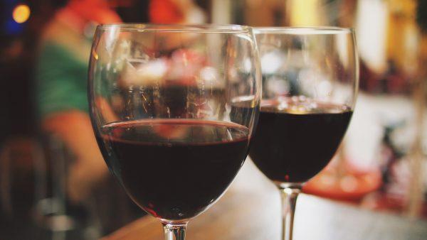 Vinho tinto tem cascas de uva maceradas para adquirir cor e sabor