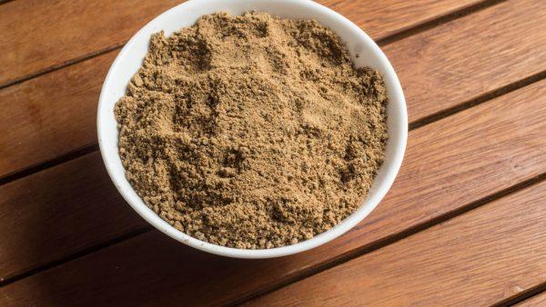 Açúcar mascavo, de cor castanha, é um produto de açúcar de sacarose