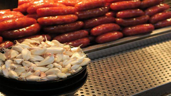 Linguiça é alimento popular que pode ser feito a partir de variadas carnes