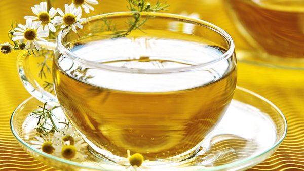 Chá de camomila é muito popular por seus efeitos calmante e analgésico