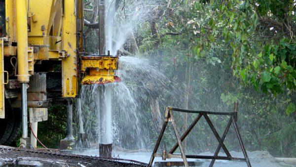 Poço artesiano permite a captação da água do solo e traz vantagens