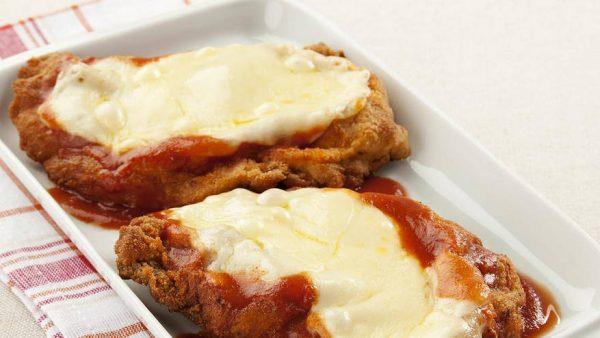 Bife à parmegiana leva carne, molho e queijo: é uma delícia!