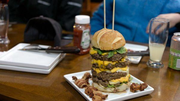 Nossa Carne reúne açougue e hamburgueria em ambiente inovador