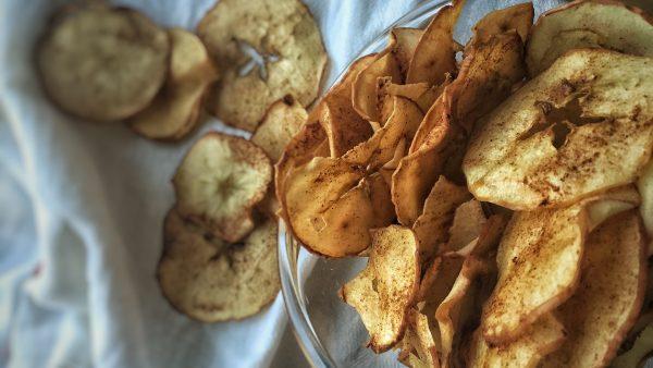 Chips de maçã são saborosos, práticos e fáceis de fazer