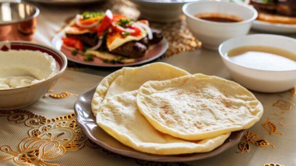 Pão sírio, também chamado de pita, é popular no Oriente e Ocidente