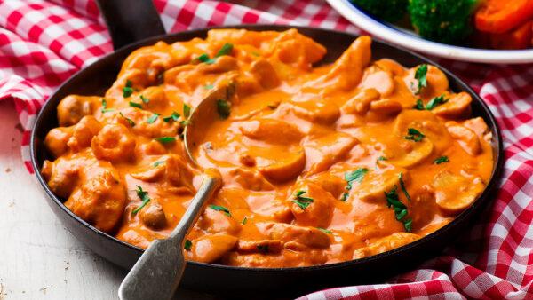 Estrogonofe de frango é simples de fazer e leva ingredientes baratos