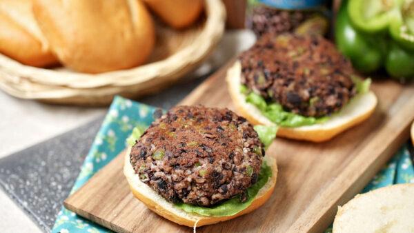 Hambúrguer de feijão é ótima opção para vegetarianos