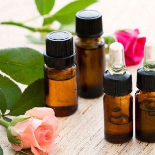 Florais misturam flores e álcool para o tratamento de diferentes males