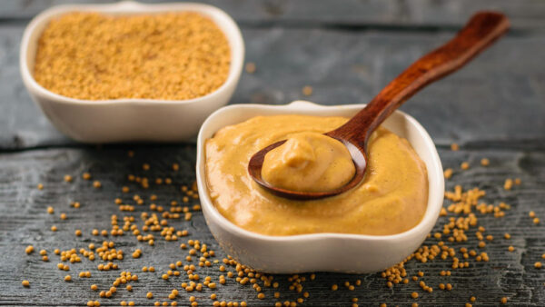 Molho de mostarda é condimento feito com uma série de especiarias