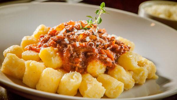 Nhoque é prato italiano tradicional servido com diversos tipos de molho