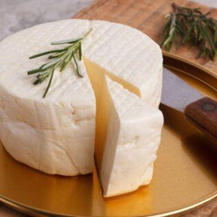 Queijo minas frescal é rico em gorduras e origina do leite bovino